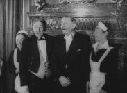 Åsa-Nisse och Klabbarparn tillsammans med två servitriser.