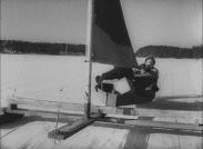 Åsa-Nisse och Klabbarparn färdas bekvämt med en motordriven isjakt.