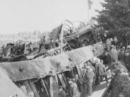 Stillbild frå filmen Bollnäsolyckan 1928 som visar på en stor samling människor som tittar på det kraschade tåget.
