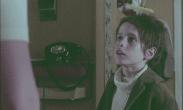Ung pojke tittar storögt upp på en vuxen.