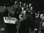 Avgående generalsekreteraren Trygve Lie (Norge) och hans efterträdare Dag Hammarskjöld (Sverige) med flera i samband med Hammarskjölds tillträde som FN:s generalsekreterare.