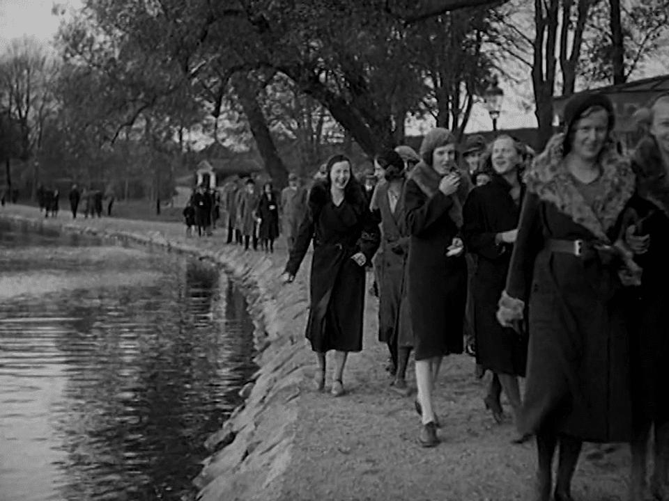 En grupp unga kvinnor går på söndagspromenad längs Stångån.