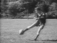 Med bollen mot målet