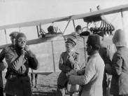 Messter film. General Mudra hälsar en segerrik stormbataljon