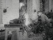 Stillbild ur filmen Resan till Romme där vi ser en man som svetsar