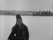 Samisk kvinna i vinterlandskap.