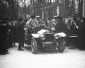 Vinterbiltävlingen Göteborg - Stockholm 1911. Kontroll i en stad.