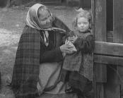 Äldre kvinna tillsammans med en liten flicka i Göteborgs nödkvarter 1915.