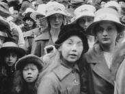 Stillbild från journalfilmen Veckorevy 1919-04-21 där en stor samling flickor i olika åldrar tittar in i kameran