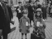 Sommarens krigsbarn framför Centralen.