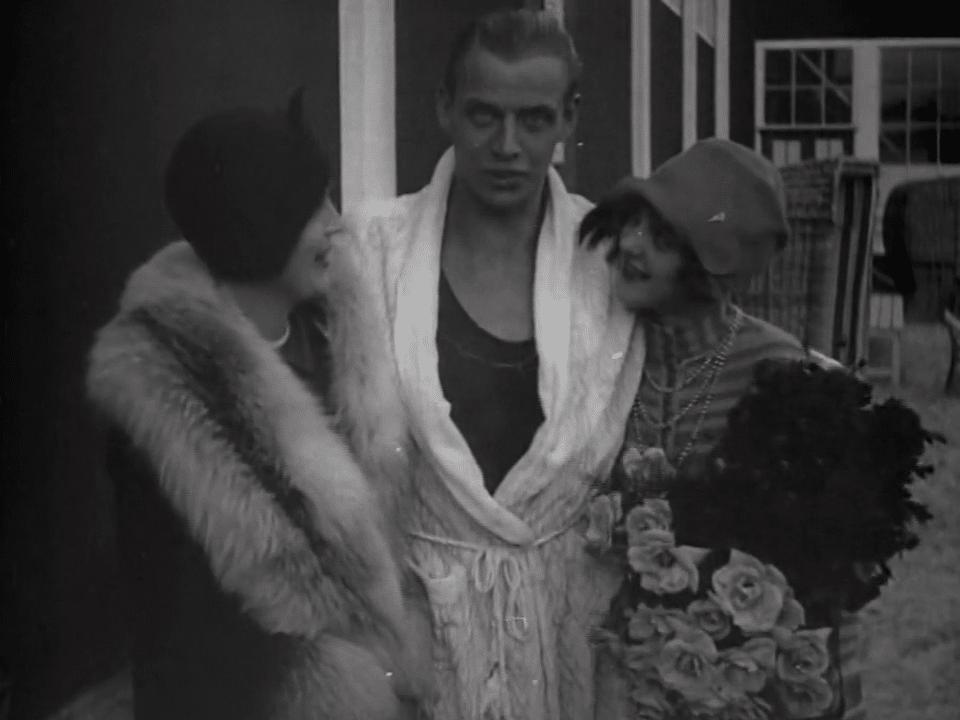Stillbild ur journalfilmen Veckorevy 1927-10-31 med simmaren Arne Borg som gratuleras av skådespelarna Margit Manstad och Brita Appelgren.