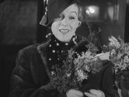 Stillbild ur journalfilmen Veckorevy 1935-01-07 som visar skådespelaren Tutta Rolf som håller i en blombukett