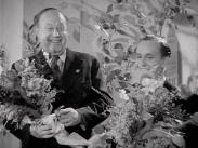 Stillbild ur journalfilmen Veckorevy 1943-02-08 med skådespelarna Thor Modéen och Åke Söderblom som håller varsin blombukett