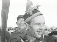 Stillbild ur journalfilmen Veckorevy 1945-01-22 som föreställer den glade skidåkaren Nils Östensson