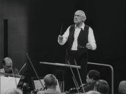 Stillbild ur journalfilmen Veckorevy 1949-09-12 som visar inspelningen av filmen Till glädje där Victor Sjöström dirigerar en orkester